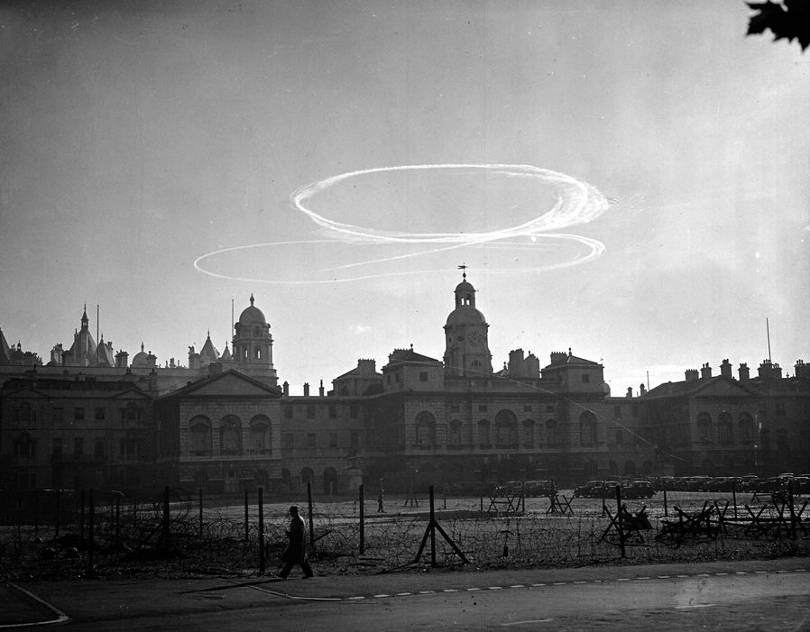 Air battle contrails over London - Battle of Britain 1940